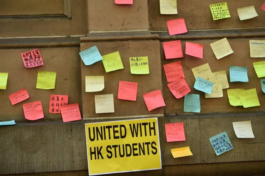 Na Austrália, estudantes de Sidney escrevem notas de apoio aos estudantes de Hong Kong
