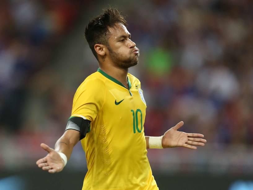Neymar aparece na nova edição do Guinness Book 2015, o livro dos recordes, como o primeiro jogador a marcar um hat-trick (três gols em um mesmo jogo) nas duas principais competições interclubes continentais. Na foto, o jogador em Cingapura, onde fez 4 gols contra o Japão no amistoso da seleção