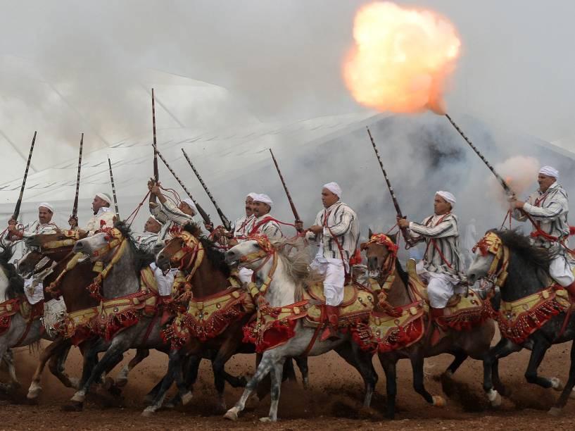 Cavaleiros são fotografadosdurante a 7ª edição do Salon du Cheval,no porto da cidade de El Jadida, no Marrocos