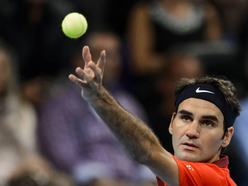 O tenista Roger Federer, atual segundo colocado no ranking mundial, vence Gilles Muller, de Luxemburgo, durante o Torneio da Suíça,em Basileia