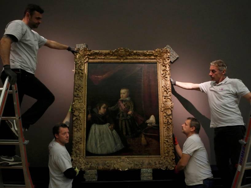 Funcionários de Museu de História da Arte de Viena, na Áustria, ajustamquadrodo artista espanhol Diego Velázquez, antes da abertura da grande exposição intitulada Velázquez, que será exibida na cidade de28 de outubroa 15 de fevereiro de 2015
