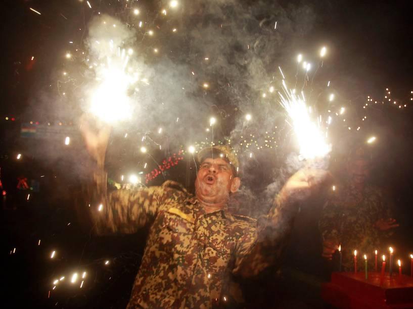 Soldado da Força de Segurança de Fronteiras (BSF)solta fogos asvésperas do Festival Diwali, nos arredores de Agartala, na Índia