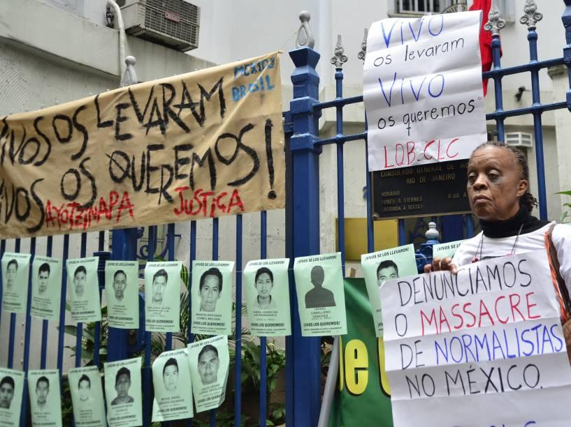 Manifestantes se reunemem frente ao Consulado Mexicano, no Rio de Janeiro, nesta quarta-feira (22), durante ato paraexigir que o governo do México investigue os responsáveis pelo desaparecimento de 43 estudantes no país