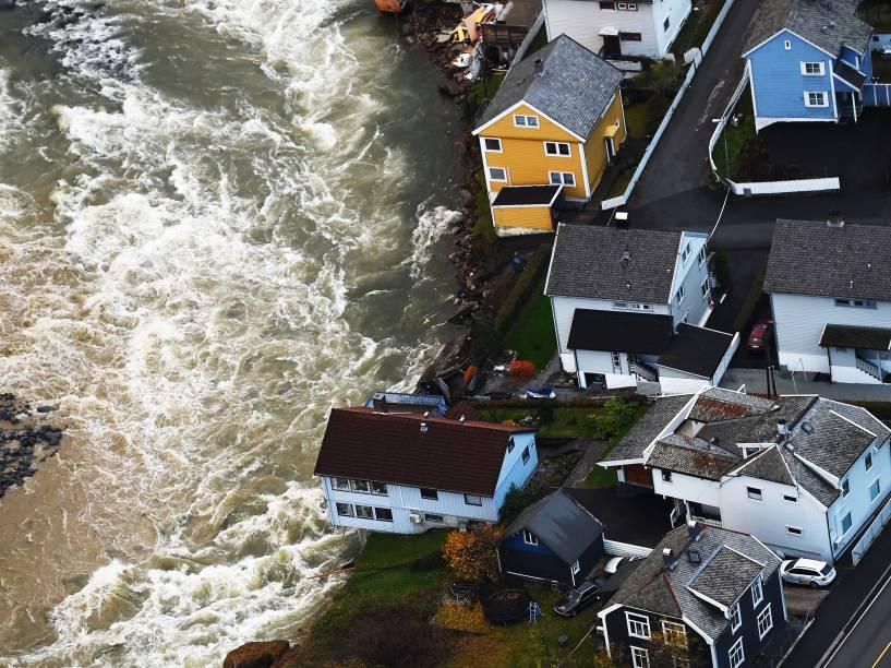 Casas são danificadas por enchentes após forte chuva em Voss, na Noruega
