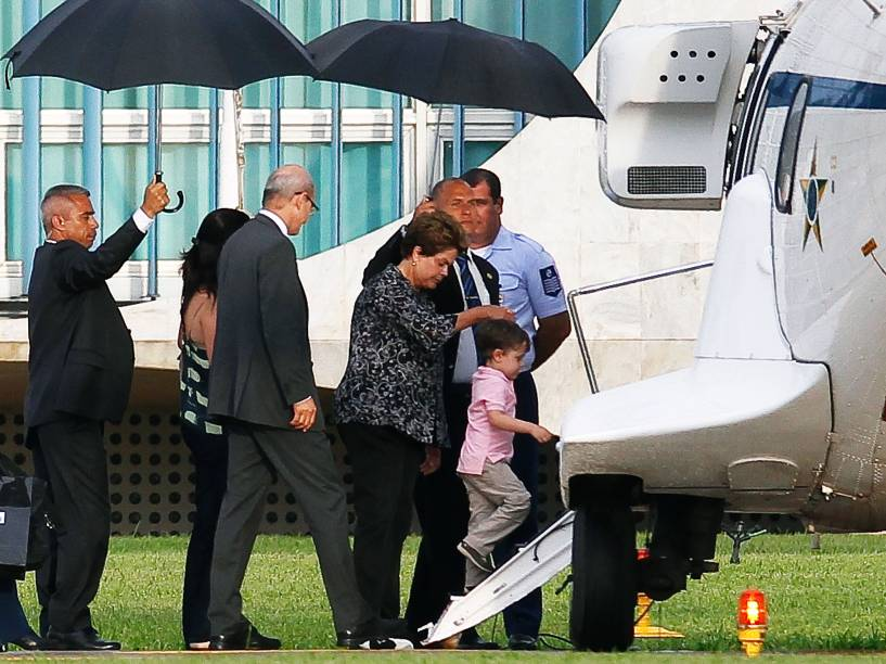 A presidente Dilma Rousseff embarca para a base naval de Aratu, na Bahia, onde passará férias com a filha, Paula, e o neto Gabriel