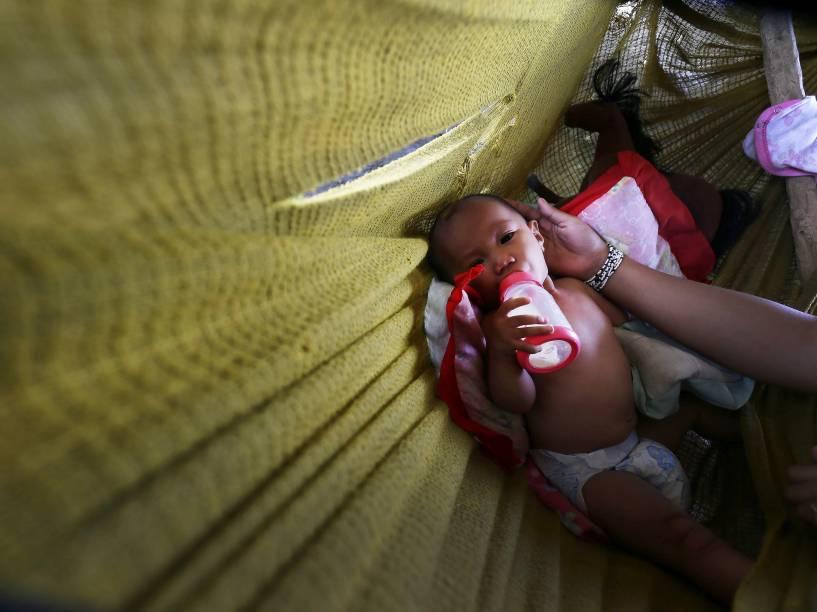 Bebê de seis meses tomou sua mamadeira dentro de uma barraca em San José, povoado que foi vítima da devastação provocada pelo tufão Haiyan na cidade de Tacloban, nas Filipinas. A tragédia que, segundo autoridades locais, deixou cerca de 10 mil mortos completa um ano no próximo sábado - 05/11/2014