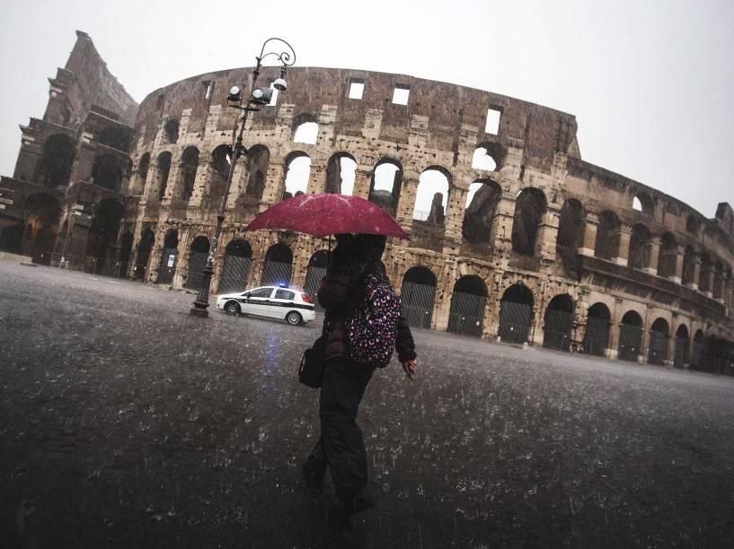 Mulher caminhou sob forte chuva nos arredores do Coliseu, em Roma. As tempestades que atingiram a capital italiana provocaram fechamento de escolas - 06/11/2014