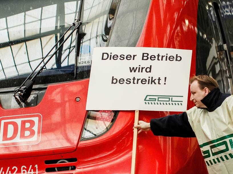 Em Berlim, na Alemanha, um membro do sindicato dos maquinistas prega um cartaz de aviso sobre o início de uma greve da categoria, na estação de Ostbahnhof. A paralisação, que irá até domingo (08), é a mais longa na história da estatal alemã Deutsche Bahn