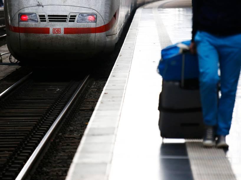 Passageiro caminha ao longo de uma plataforma da principal estação ferroviária de Frankfurt, na Alemanha. Trabalhadores do setor realizam uma greve de quatro dias a partir desta quinta-feira que paralisa o transporte de passageiros e cargas em todo o país - 06/11/2014