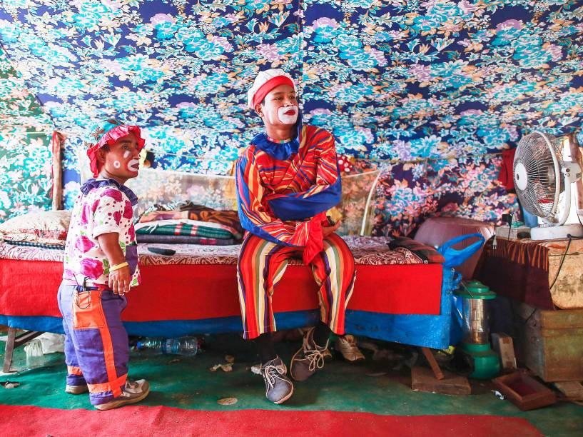 Palhaços assistem televisão dentro de sua barraca antes de um show no Rambo Circus em Mumbai, na Índia - 06/11/2014