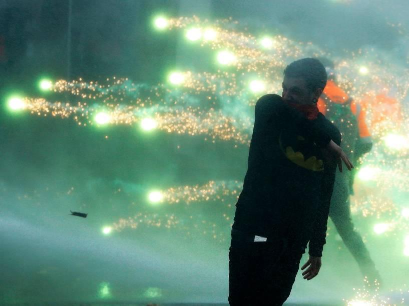 Manifestantes enfrentam a polícia no centro de Bruxelas. Milhares de trabalhadores do setor público e privado, funcionários e sindicalistas contestam as medidas de austeridade a serem tomadas pelo novo governo belga - 06/11/2014