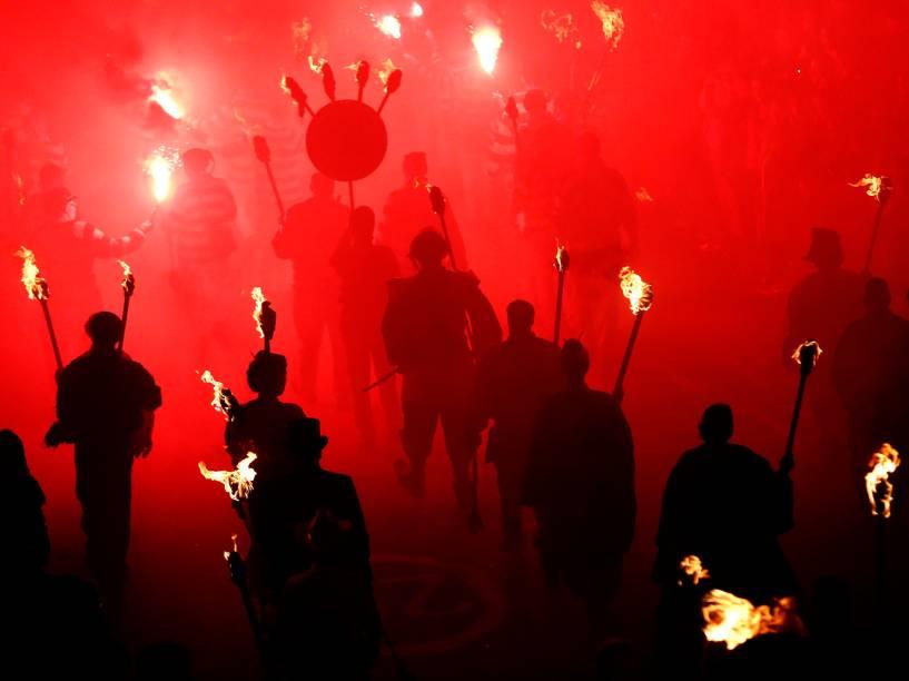 Participantes são fotografados durante uma série de procissões que celebram anoite da fogueira, em Lewes, região sul da Inglaterra