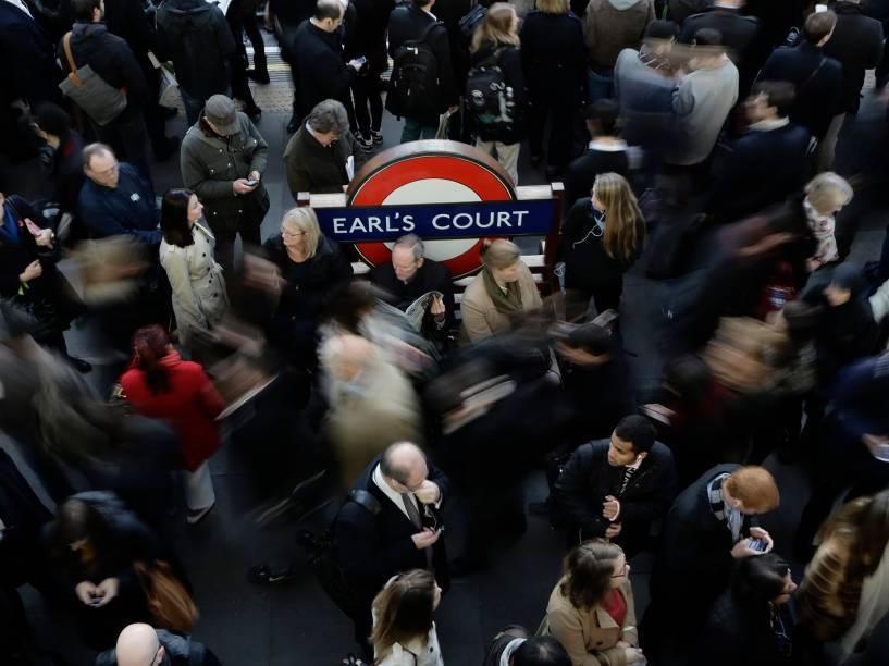 Dezenas de londrinos esperam pelo metrô na plataforma na estação Earls Court, na Inglaterra. Os trens estavam atrasados na hora do rush, deixando as plataformas lotadas na manhã desta quinta-feira (06)