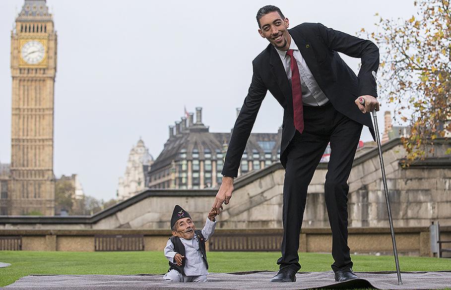 Em Londres, o nepalês Chandra Bahadur Dangi, o menor adulto do mundo (54 centímetros), posa ao lado do homem mais alto, o turco Sultan Kosen (2,51 metros)