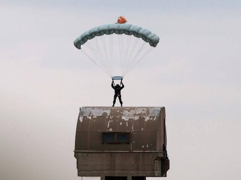 Paraquedista russo participa de treinamento, na aldeia de Nikinci, a oeste de Belgrado, na Sérvia - 14/11/2014