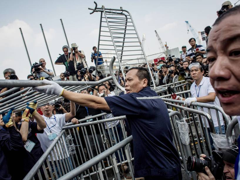 Trabalhadores removeram barricadas montadas por ativistas pró-democracia em Hong Kong