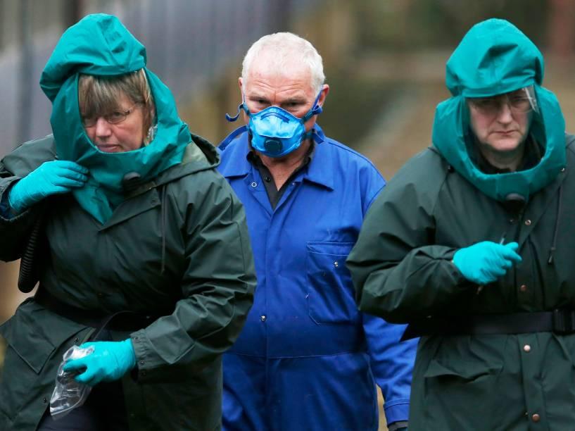 Especialistas usando roupas de proteção foram fotografados em uma fazenda de criação de patos em Nafferton, norte da Inglaterra após novos surtos de gripe aviária Alemanha, Holanda e Grã-Bretanha
