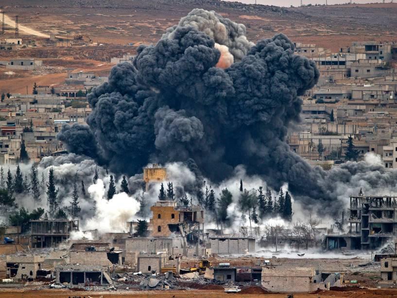 Nuvem de fumaça foi vista sobre a cidade síria de Kobani, na fronteira com a Turquia, após ataque aéreo da coalizão comandada pelos Estados Unidos, com o objetivo de atingir possíveis alvos do grupo extremista Estado Islâmico