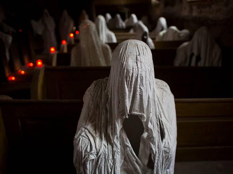 Estátuas do artista Jakub Hadrava foram colocados na igreja de São Jorge, em Lukova, na República Checa. As 32 peças em tamanho real foram feitas de gesso e imitam fantasmas, simbolizando os alemães dos Sudetos, que viveram na aldeia