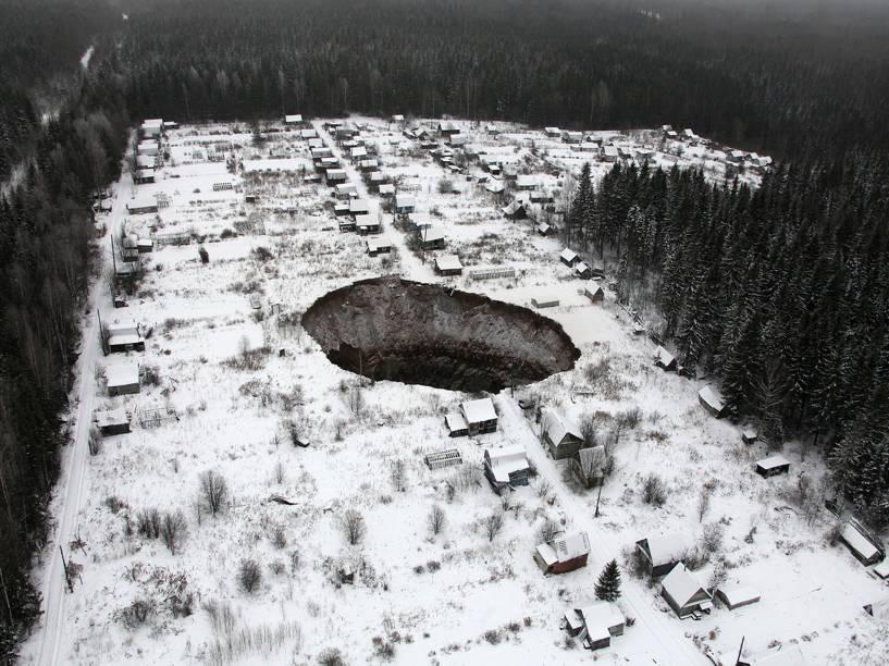 Vista aérea de um sumidouro de 3,5km, a leste da região de Perm, na Rússia