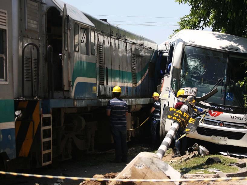 Acidente envolvendo um ônibus e um trem deixa 25 feridos na manhã desta sexta-feira, em Guapimirim, na Baixada Fluminense. Segundo a Supervia, o ônibus causou o acidente após não respeitar os sinais sonoros e visuais do local - 21/11/2014
