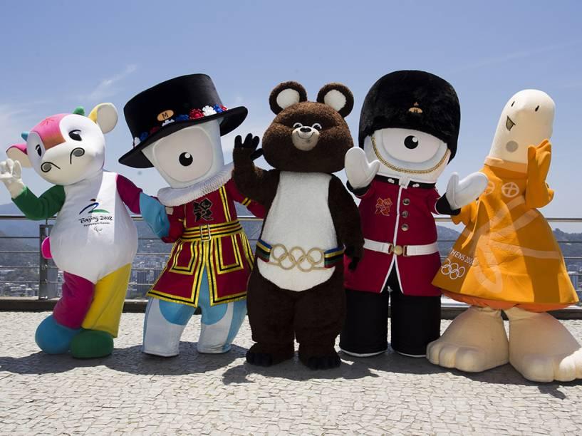 Misha, Athena, Fu Niu Lele, Wenlock e Mandeville, mascotes dos Jogos de Moscou (1980), Atenas (2004), Pequim (2008) e Londres (2012), estão no Rio de Janeiro e visitam, nesta sexta-feira (21), o Morro da Urca para participarem de uma atividade com crianças. Essa é a primeira vez que os mascotes visitam uma sede olímpica para a escolha do mascote da Rio 2016