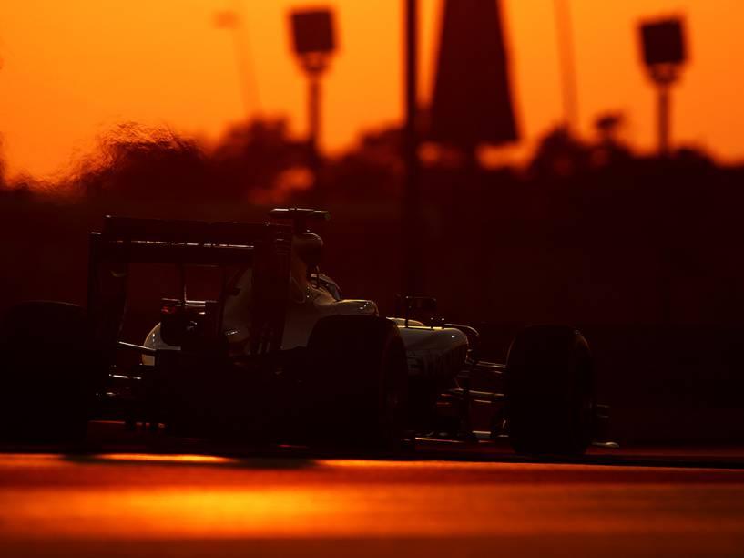 O alemão Nico Rosberg, da Mercedes, durante os treinos do GP de F1 no Circuito de Yas Marina, em Abu Dhabi, nos Emirados Árabes Unidos
