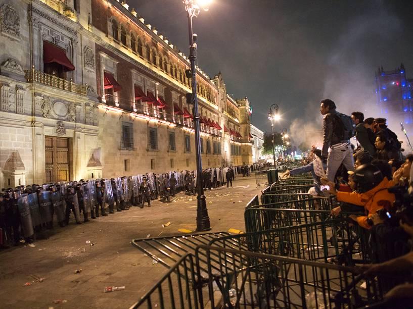 No México, manifestantes enfrentaram a polícia nos arredores do Palácio Nacional na Cidade do México, numa tentativa de exigir que as autoridades tomem providências sobre a morte e desaparecimento de 43 estudantes universitários