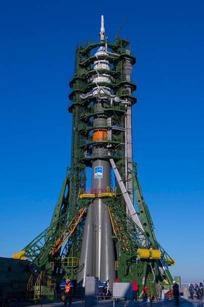 A nave espacial Soyuz TMA-15M é levada por um comboio, a partir da instalação integração MIK 40 até a plataforma de lançamento, no Cosmódromo de Baikonur, no Cazaquistão