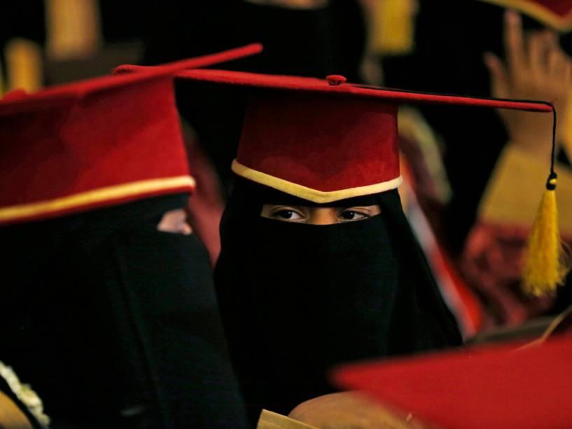 Estudantes do Ensino Médio foram vistas durante cerimônia anual do Minustério da Educação do Iêmen, realizada na cidade de Sanaa
