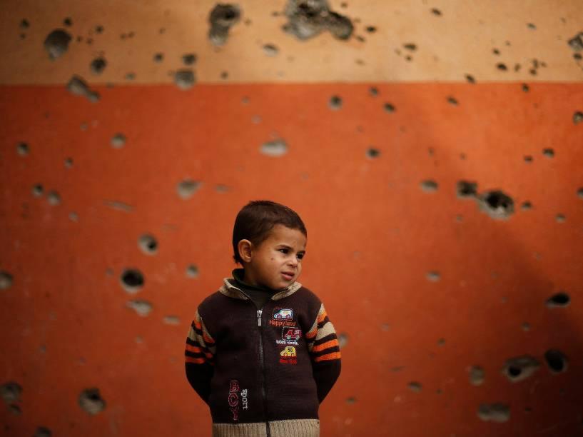 Garoto palestino é fotografado ao lado de fora de uma mesquita, em Beit Hanoun, norte da Faixa de Gaza