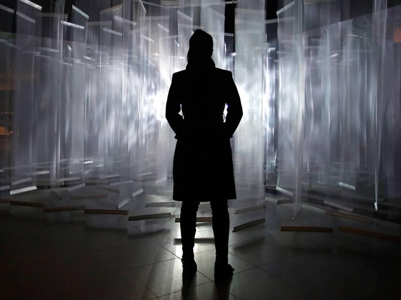 Em Londres, na Inglaterra, visitante aprecia a exposição do artista argentino, Julio Le Parc, considerado o pioneiro da arte cinética