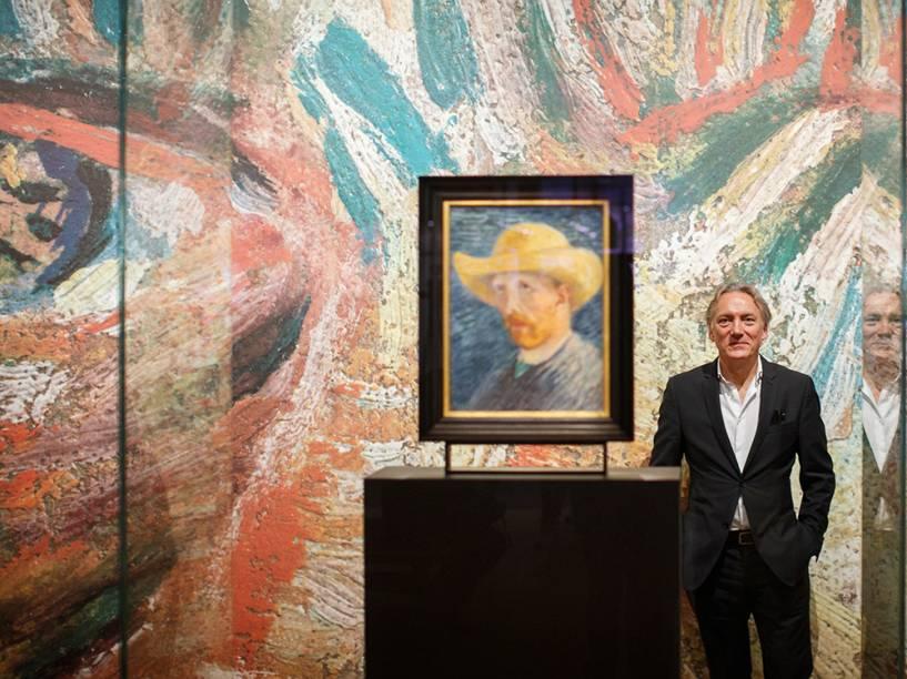 O bisneto do irmão de Vincent van Gogh, Theo Willem van Gogh, posa ao lado de um auto-retrato do pintor holandês pós-impressionista, durante uma visita ao Museu Vincent van Gogh, em Amsterdã, na Holanda