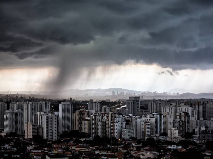 Forte chuva atinge São Paulo no final da tarde desta terça-feira (25)