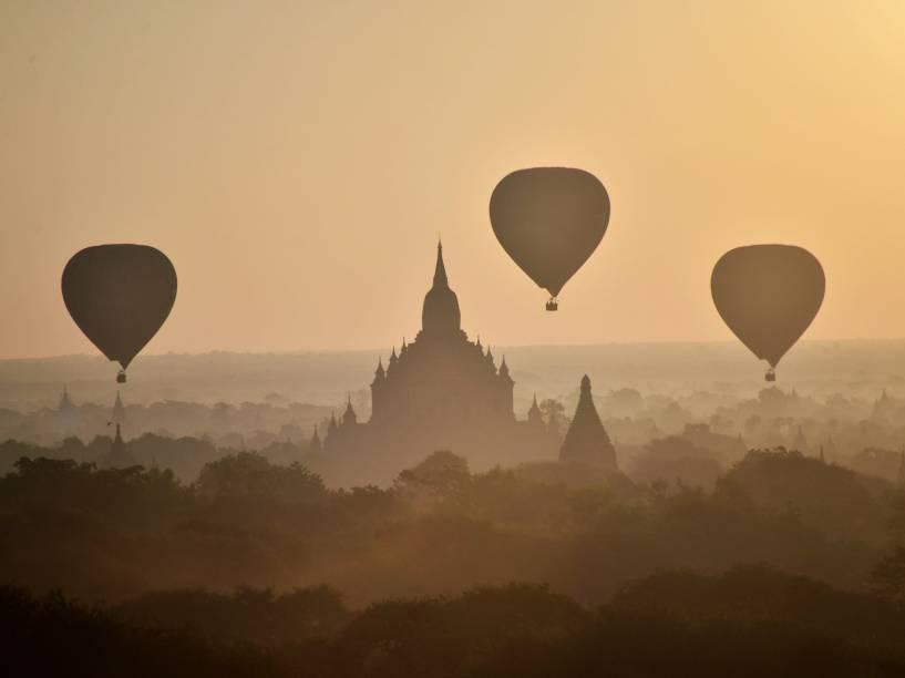 Balões de ar quente sobrevoam antigos templos em Bagan, no norte de Mianmar