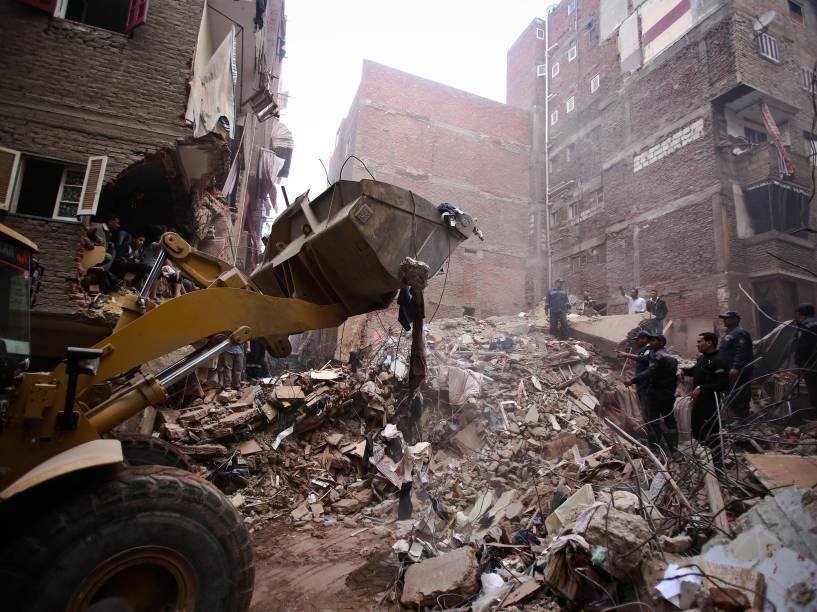 Procura por sobreviventes nos escombros de um edifício que desabou na zona norte de Cairo, no Egito. O prédio, que teve dois andares adicionados de forma ilegal, desabou durante a noite matando pelo menos 15 pessoas