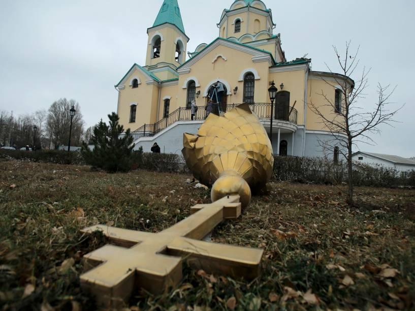 Cúpula danificada por bombardeio no distrito de Kuibyshevski, leste da Ucrânia. Três civis foram mortos e oito ficaram feridos após ataque em Donetsk na terça-feira (24/11)
