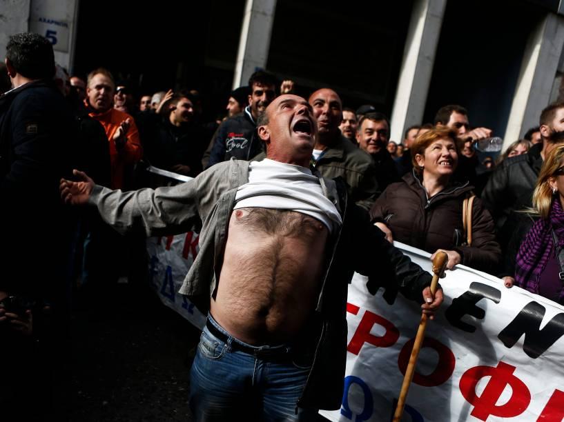 Em Atenas, cerca de 500 pessoas fizeram protesto para exigir financiamento do governo grego para a agricultura