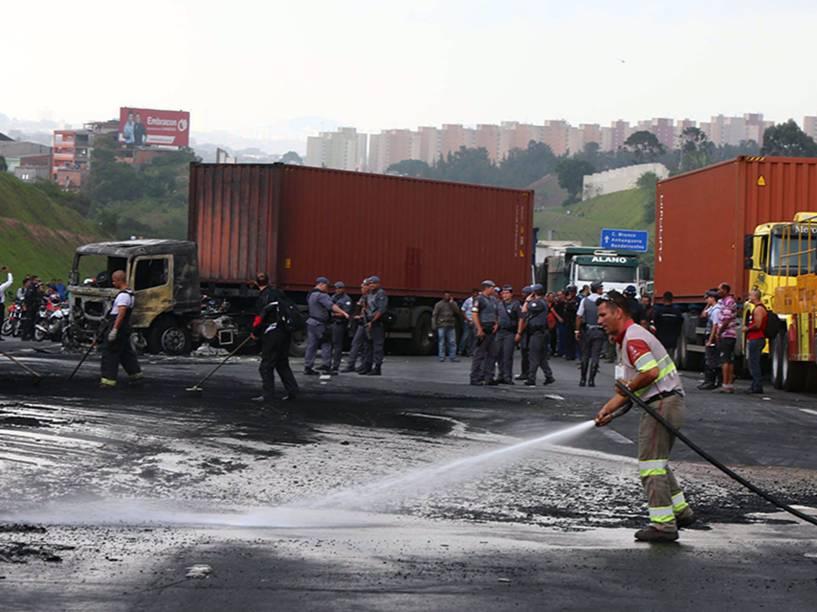 Moradores da região do Rodoanel incendiaram veículos, após acidente entre dois caminhões na altura do km 22, em Osasco