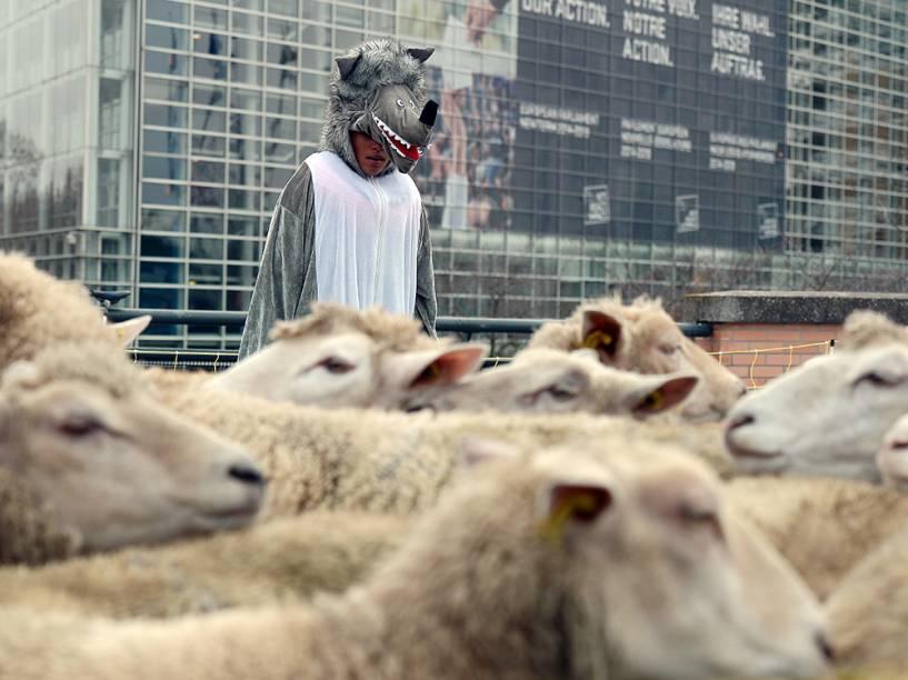 Homem vestido de lobo protesta pela proteção da espécie, em frente ao Parlamento Europeu, em Estrasburgo, região leste da França
