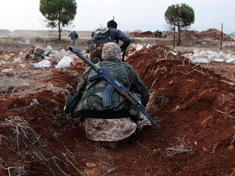Membros da Al Qaeda transportam armas para a vila de al-Zahra, ao norte da cidade de Aleppo, na Síria