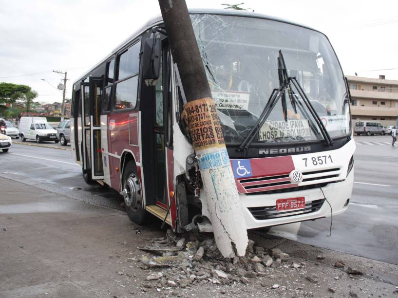 Micro-ônibus bateu contra um poste na Estrada do MBoi Mirim, na zona sul de São Paulo