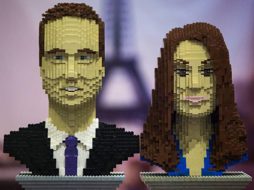 Imagem do príncipe Willians e Kate Middleton feitos em Lego durante evento em Londres