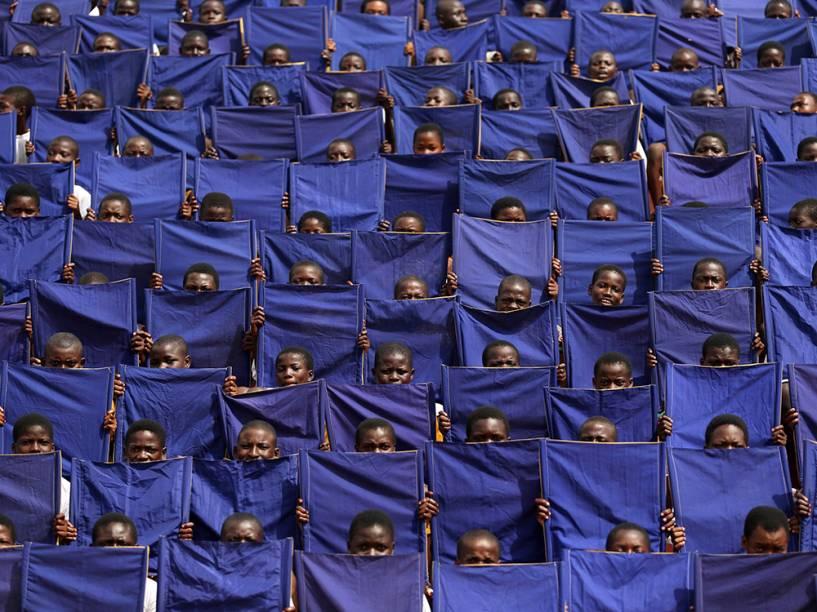 Crianças seguraram bandeiras durante um ensaio em Osogbo, ao sudoeste da Nigéria