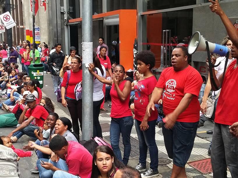 Integrantes do Movimento dos Trabalhadores Sem-Teto (MTST) durante ato em frente à Secretaria Estadual de Habitação, na região central de São Paulo