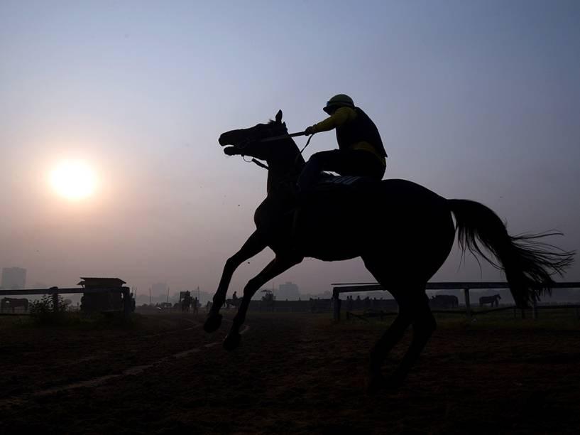 Jockey controla seu cavalo em pista durante sessão de treinos no The Royal Calcutá, em Kolkata, Índia