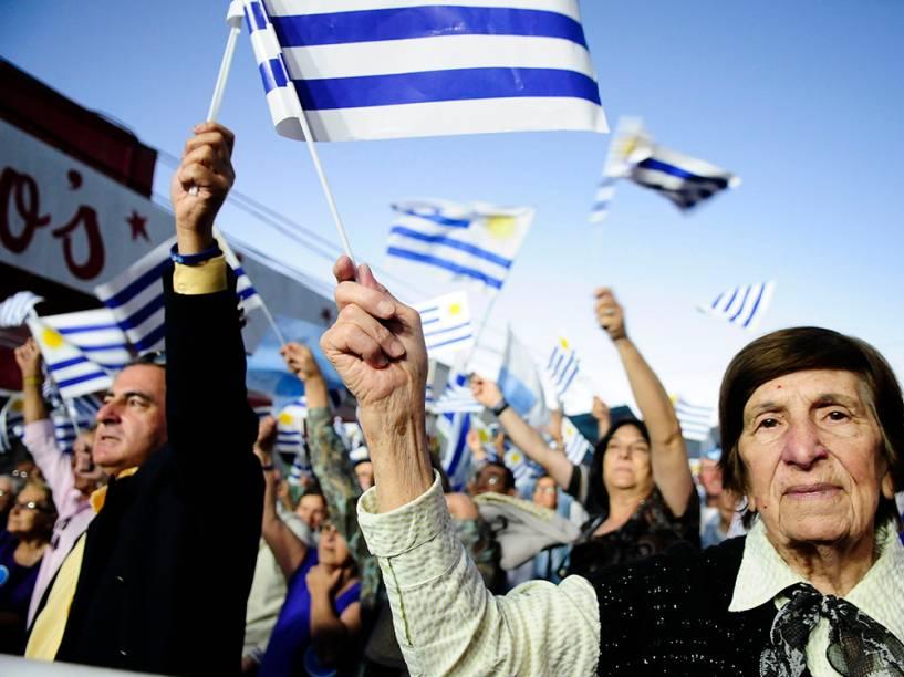 Partidários do candidato do Partido Nacional, Luis Lacalle Pou, durante o último comício antes do segundo turno das eleições, em San Carlos, no Uruguai. A escolha do novo presidente ocorrerá no próximo domingo (30)