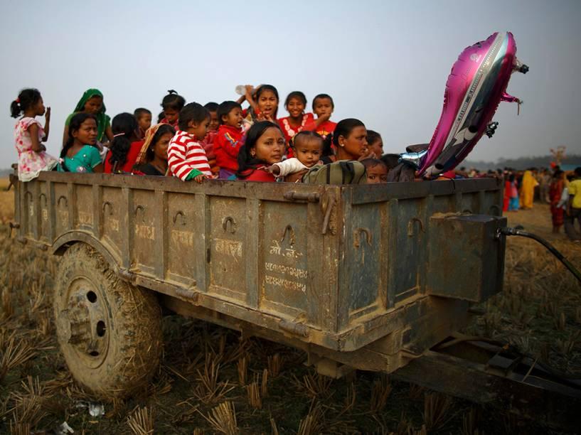 Familiares e amigos se acomodam em um reboque de veículos, onde passarão a noite, na véspera da cerimônia de sacrifício para o festival Gadhimai Mela, em Bariyapur, no Nepal