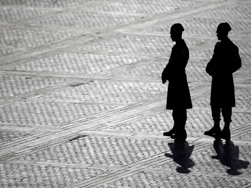Membros da Guarda de Honra esperam a chegada do Papa Francisco em Ancara, na Turquia