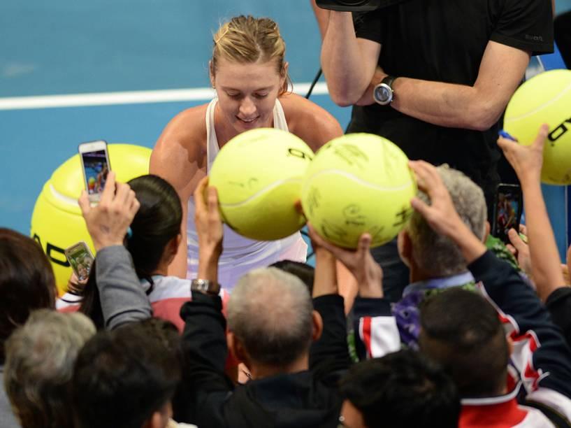 A tenista russa, Maria Sharapova, deu autógrafos para os fãs após vencer o jogo contra Kristina Mladenovic, da França, na Liga Internacional de Tênis, em Manila, nas Filipinas